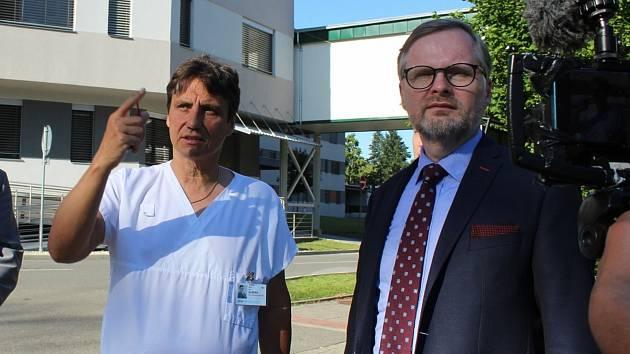 Předseda ODS Petr Fiala při prohlídce Uherskohradišťské nemocnice s ředitelem nemocnice Petrem Sládkem