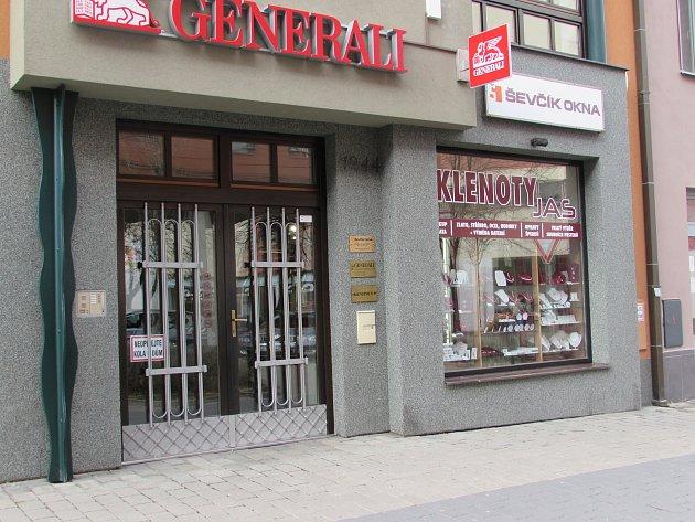Pachatele přepadení zlatnictví v Hradební ulici v Uherském Hradišti chytili a soudí.