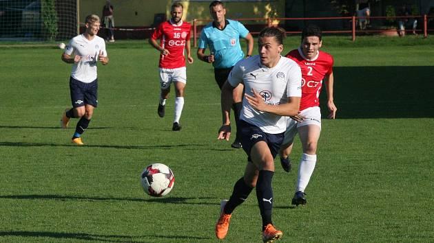 Derby fotbalistů Uherského Brodu (červené dresy) s béčkem Slovácka