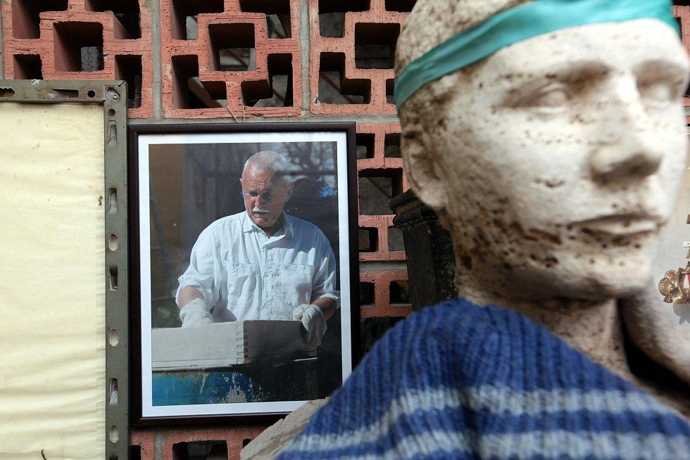 Odlévání u Otmara Olivy je mysteriózní rituál. Fotovzpomínky na Jaroslava Zapletala.