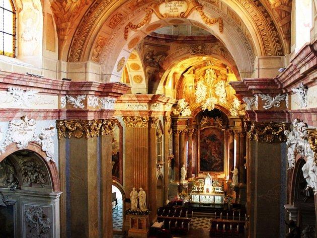 Ve zbrusu novém hávu se skví vnitřní prostory velehradské baziliky.