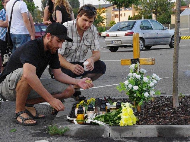 Vzpomínkové setkání na Petra Halušku na parkovišti u Kauflandu v Uherském Hradišti v den výročí jeho smrti před čtyřmi lety.