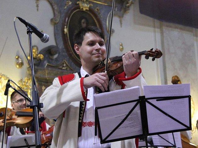 Cimbálová muzika Stanislava Gabriela a mužský pěvecký sbor Rovina z Olomouce vystoupili v uherskohradišťském kostele svatého Františka Xaverského.