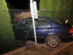 Osmnáctiletý řidič Hondy projel ve Strání křižovatkou, zřejmě vlivem rychlosti zatáčku nezvládl a narazil do oplocení zahrady.