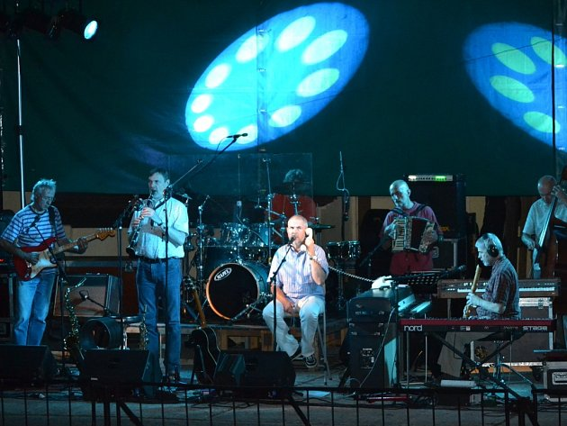 Bratři Ebenovi s kapelou zahráli pro zaplněný zámecký amfiteátr v Buchlovicích. Ilustrační foto.