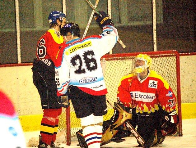 Dokonalý obrázek úvodního semifinálového duelu mezi hokejisty Uh. Hradiště a Uh. Ostrohu. Zatímco domácí Petr Boháč (č. 26) slaví svůj gól, brankář Bříštěla jen smutně přihlíží.