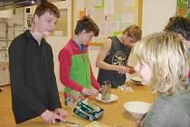 Ve škole se žáci starších ročníků učili také připravovat některé pokrmy.