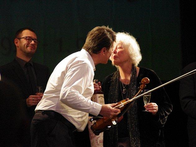 S jednodenním předstihem, v neděli 31. srpna, oslavila herecká diva Květa Fialová před zaplněným hledištěm Slováckého divadla své 85. narozeniny.