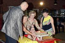 Řediteli televize Janu Dudkovi předala narozeninový dort modelka v plavkách, která se vynořila z krabice.