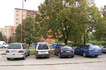 Parkování na sídlišti Štěpnice v Uh. Hradišti. Ilustrační foto.