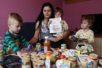 Renata Grebíková se svými dětmi-trojčátky.