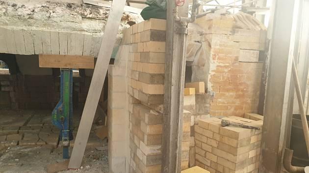 Podle ředitele Sklárny Květná Marka Mikláše bude rekonstruovaná pec z velké části úplně nová.