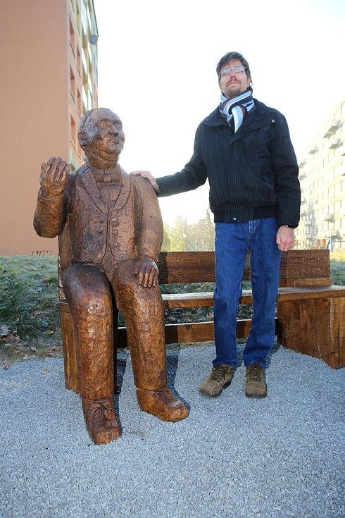 Slavnostní odhalení pamětní lavičky se sochou Jana Antonína Bati na břehu řeky Moravy v Uherském Hradišti. Na snímku autor Tomáš Měsíček.