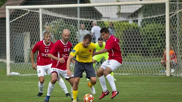 Fotbalisté Uherského Brodu (v červených dresech) se v prvním zápase nové třetiligové sezony utkají doma s Kroměříží.