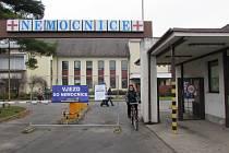 """Návštěvníci nemocnice mohou ještě o tomto víkendu naposledy využít dosavadního """"starého"""" vchodu do areálu."""