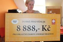 Téměř devět tisíc získala Oblastní charita Uherské Hradiště od společnosti Dobré pivo. Výtěžek z charitativní akce s názvem Běž na pivo a pomáhej jim předali v pátek 15. září na Dnu Charity. Mimo jiné si zde návštěvníci mohli vyzkoušet jízdu na invalidním