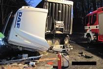 Dopravní nehoda kamionu poblíž Bystřice pod Lopeníkem.