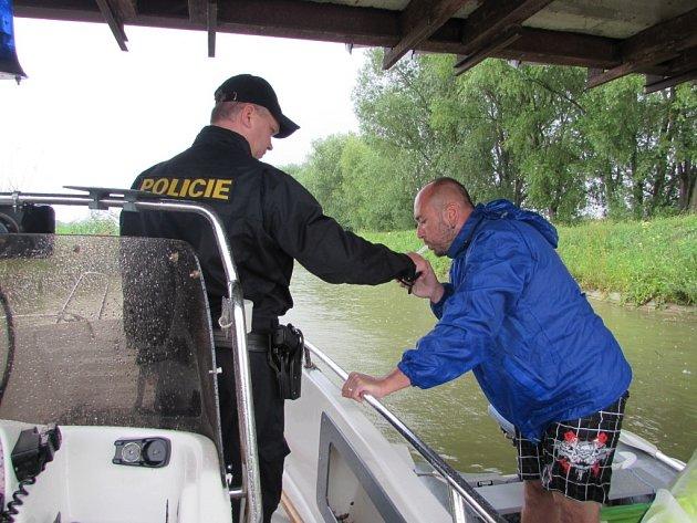 Redaktorka kontrolovala s policisty kapitány lodí.