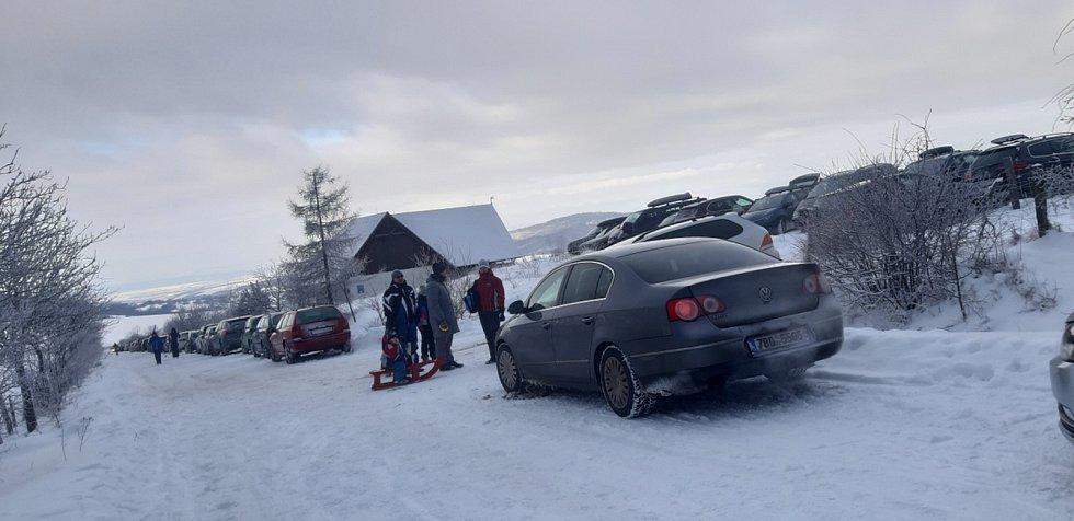 Běžkaři ze Slovácka v bílé stopě z Nové Lhoty na Slovensko a zpátky.