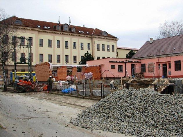 Nový domov pro seniory v Uherském Ostrohu vyrůstá v sousedství vzdělávacího ústavu.