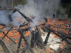 Noční požár chatky hasily tři jednotky hasičů.