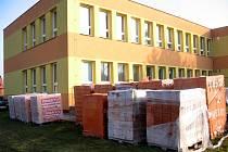 U mateřské školy se už hromadí stavební materiál na přístavbu.