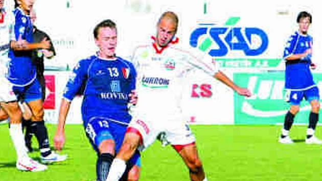 Zlínští fotbalisté (v bílém) v utkání s Kroměříží kouče Hoftycha pořádně naštvali.
