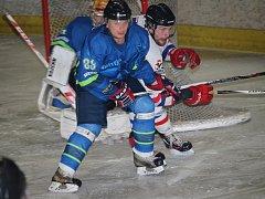 Hokejisté Uherského Hradiště (v bílém) porazili Blansko 8:3.