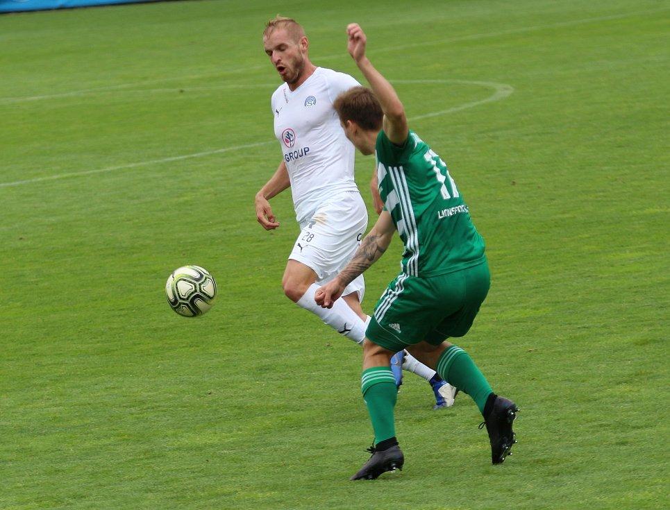 Fotbalisté Slovácka (v bílých dresech) v prvním semifinále  Skupiny o Evropu vyzvali pražské Bohemians 1905.