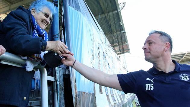 Trenér fotbalistů Slovácka Martin Svědík daroval věrné fanynce Růženě Paškové kšiltovku.