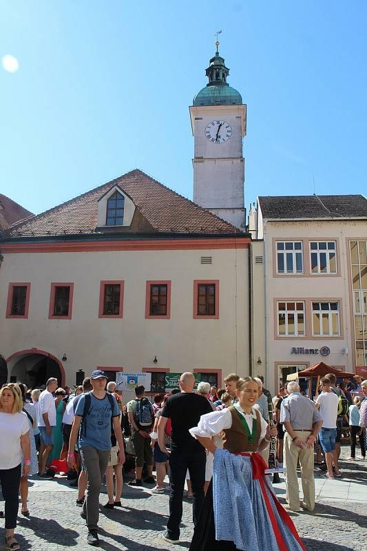 Slovácké slavnosti vína a otevřených památek v Uherském Hradišti. U staré radnice.
