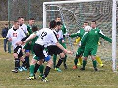 Fotbalisté Uherského Ostrohu (v bílých dresech) zdolali v derby sousední Ostrožskou Novou Ves 1:0 a okresní přebor vedou už o jedenáct bodů.