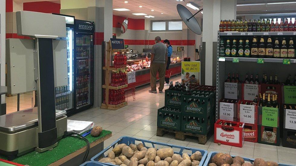 Koronavirus ve Vlčnově, 18. července 2020. Do obchodů, na poštu i dalších zařízení se v této obci chodí s rouškou.