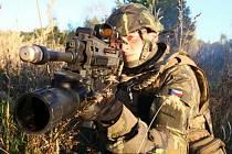 Muži v maskáčích testují nové zbraně
