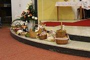 Farář Pavel Macura symbolicky požehnal při nedělní velikonoční bohoslužbě v Bílovicích pečené beránky i další velikonoční pochutiny, které tam lidé přinesli. Po mši věřící u kostela chutnali jehněčí s nekvašeným chlebem.