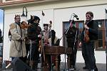 Cimbálová muzika Rubáš vyměnila kroje za přiléhavější oblečení.