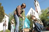 Žáci Základní školy v Dolním Němčí se v rámci Dne Země pustili do úklidu obce.