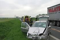 Na hlavním silničním tahu I/55, mezi Starým Městem a Huštěnovicemi, došlo ke střetu dvou osobních aut motocyklu.