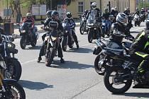 S tragicky zesnulým Adamem Křápkem se přijela do Hluku rozloučit také padesátka motorkářů.