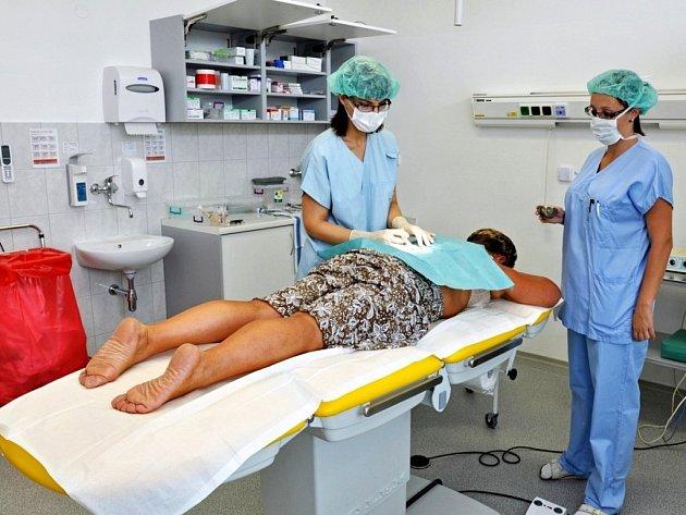 Do nových prostor se přestěhovalo kožní oddělení Uherskohradišťské nemocnice. Pacienti ho nyní naleznou ve třetím patře budovy F, takzvaného skleňáku, kde lékaři nově provádí všechny kožní zákroky.