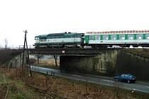 Po tomto mostě se nebudou vlaky mezi Starým Městem a Uherským Hradištěm čtvrt roku prohánět.