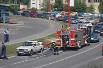 Dopravu v Uherském Hradišti blokoval v sobotu krátce před polednem automobil, který začal hořet.