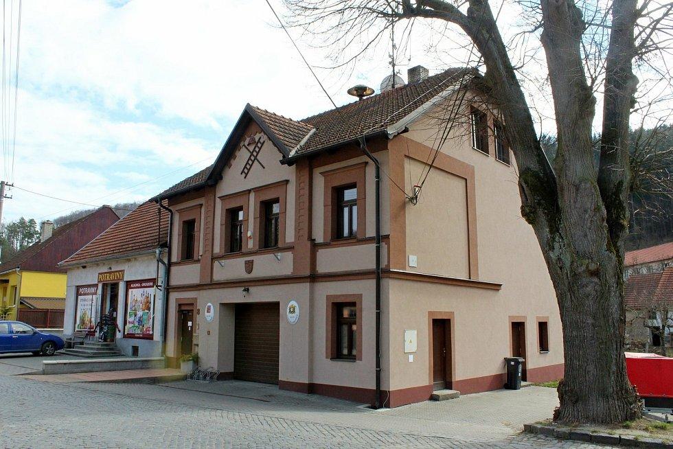 Vstupní brána do Chřibů je vesnička Salaš. Obecní úřad.