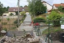 Ve svahu pod kostelem v místní části Uherského Hradiště – Sady, momentálně vyrůstá nové schodiště.