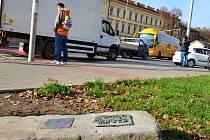 U hlavní křižovatky v Hradišti a na tamní jezuitské koleji visí od pátku bronzové destičky.