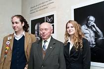Žáci ZŠ UNESCO s bývalým politickým vězněm Štěpánek Vašíčkem.