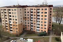 Osmipatrový dvojvěžák v uherskohradišťské Staré Tenici, kde přišel 9. dubna 2019 o život muž po pádu ze sedmého patra.
