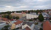 Uherský Brod. Pohled na Mariánské náměstí, základní školu a Dům kultury. Ilustrační foto.