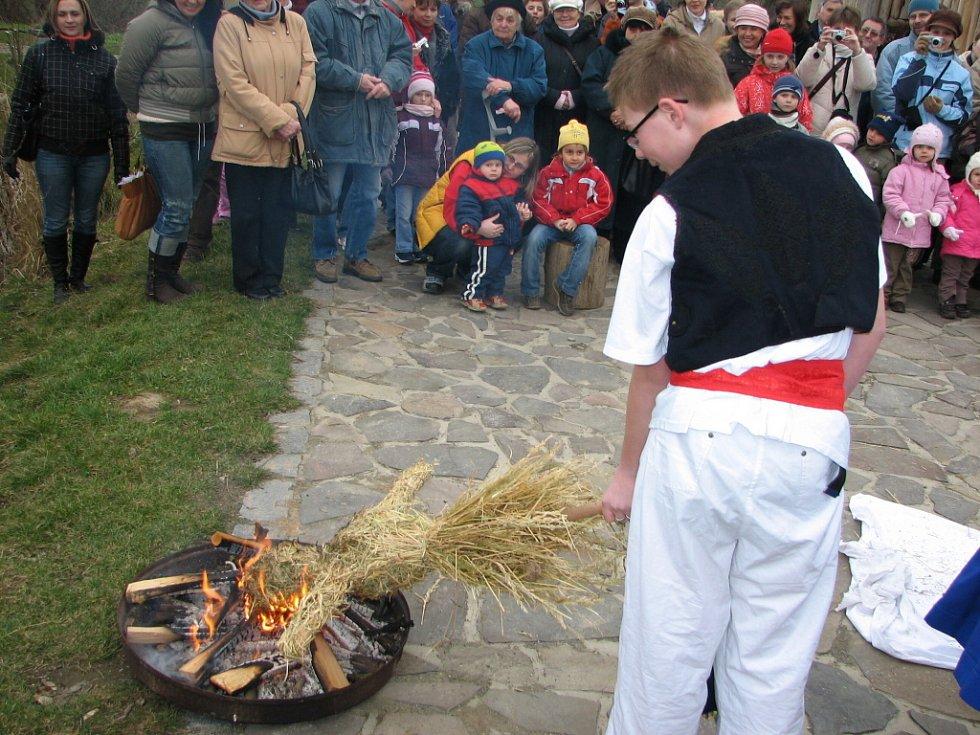 Vysvlečenou Moranu, která symbolizovala zimu, nemoci a smrt, olízly ohňové jazyky.
