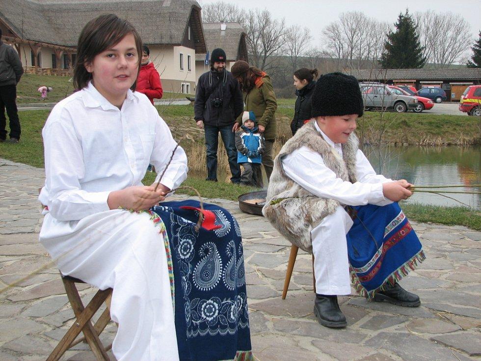 Kluci symbolicky předvedli pletení jejich velikonoční výbavy.